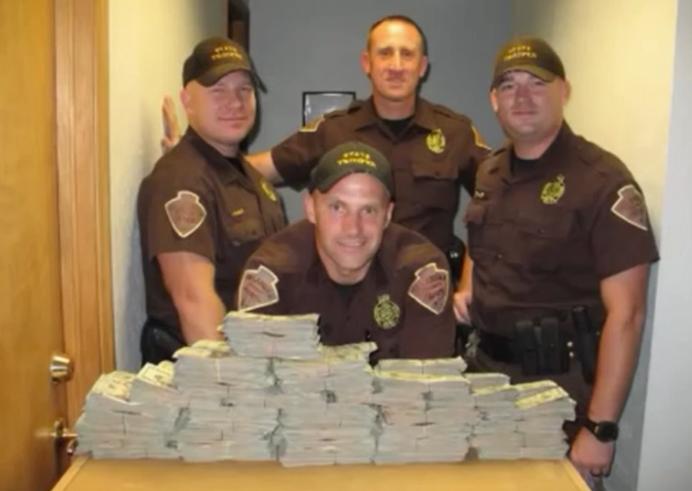 Policie se zabavenými penězi